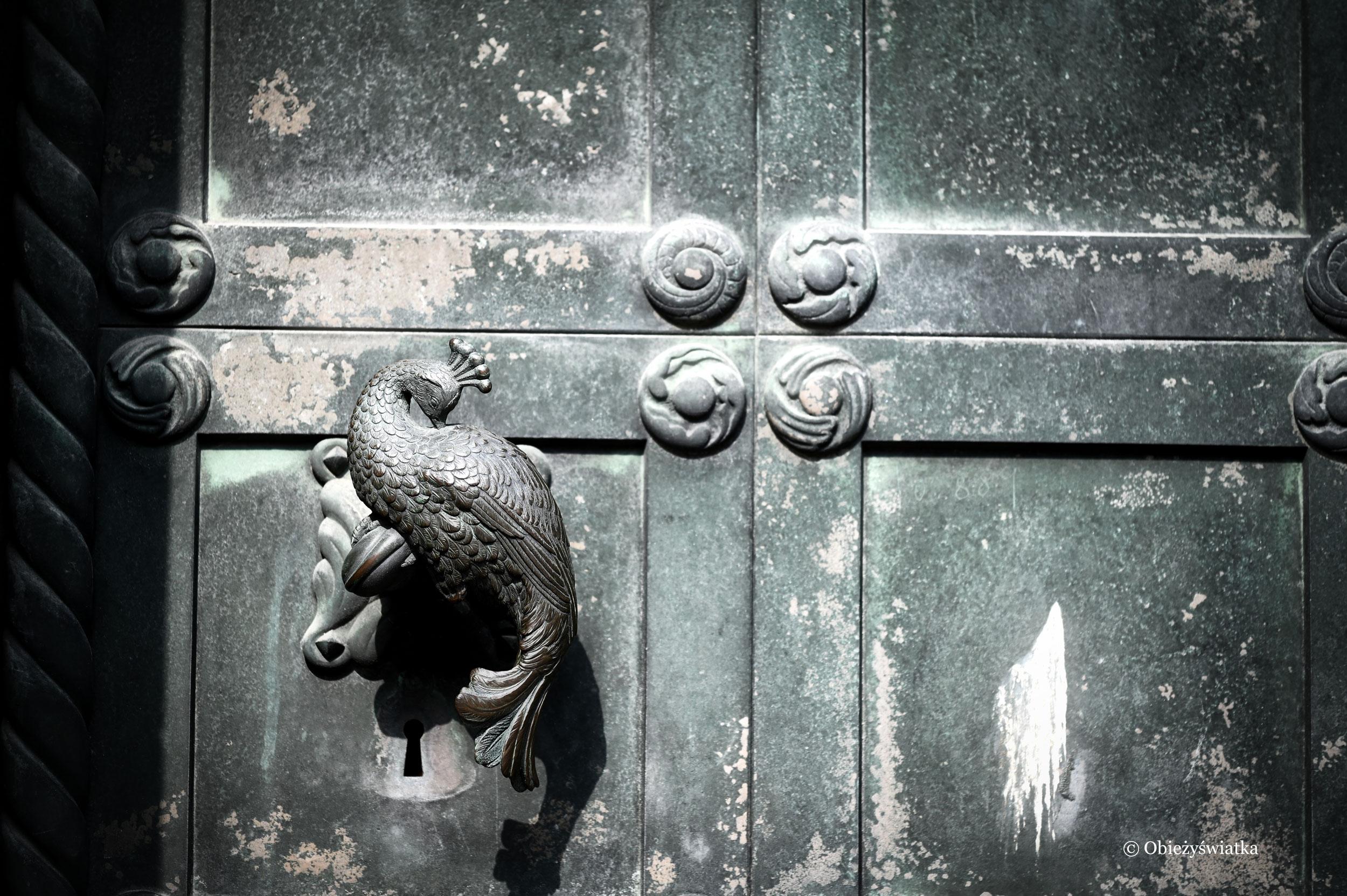 Jedna z klamek, przedstawiająca pawia - Katedra w Ribe, Dania