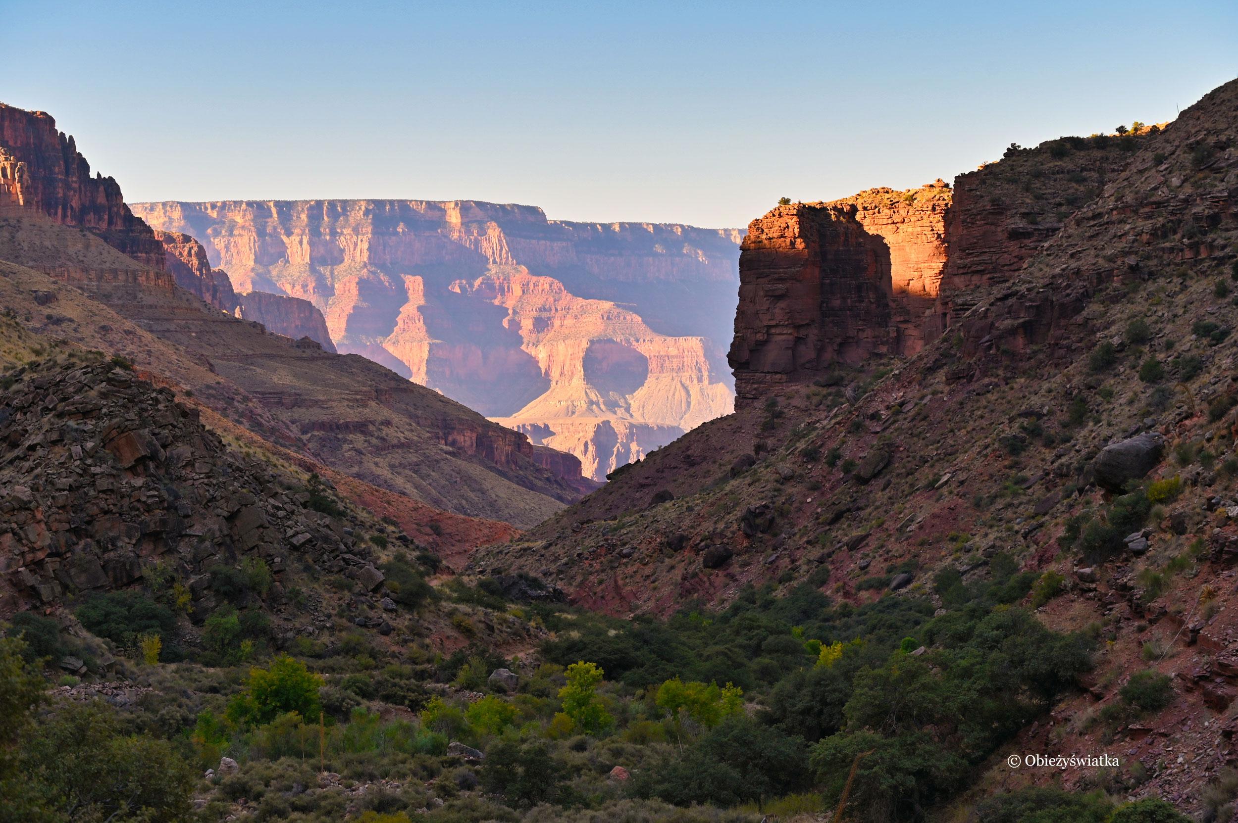 Wschód słońca w Wielkim Kanionie, Arizona, widok ze szlaku North Kaibab Trail
