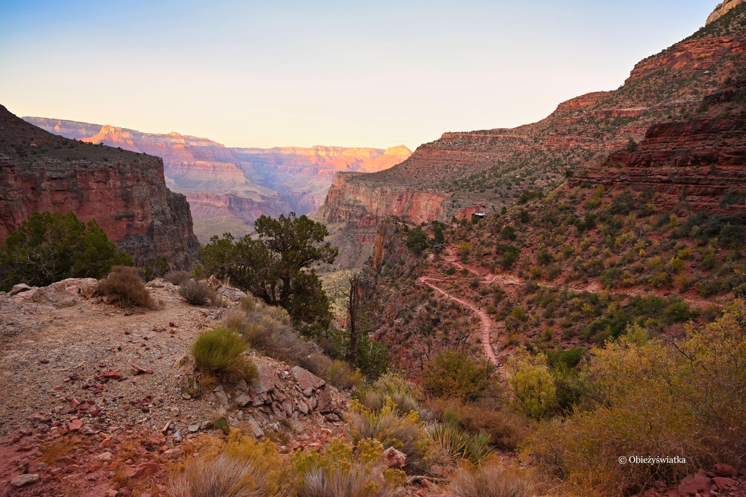 Bright Angel Trail, Grand Canyon o zachodzie słońca, Arizona
