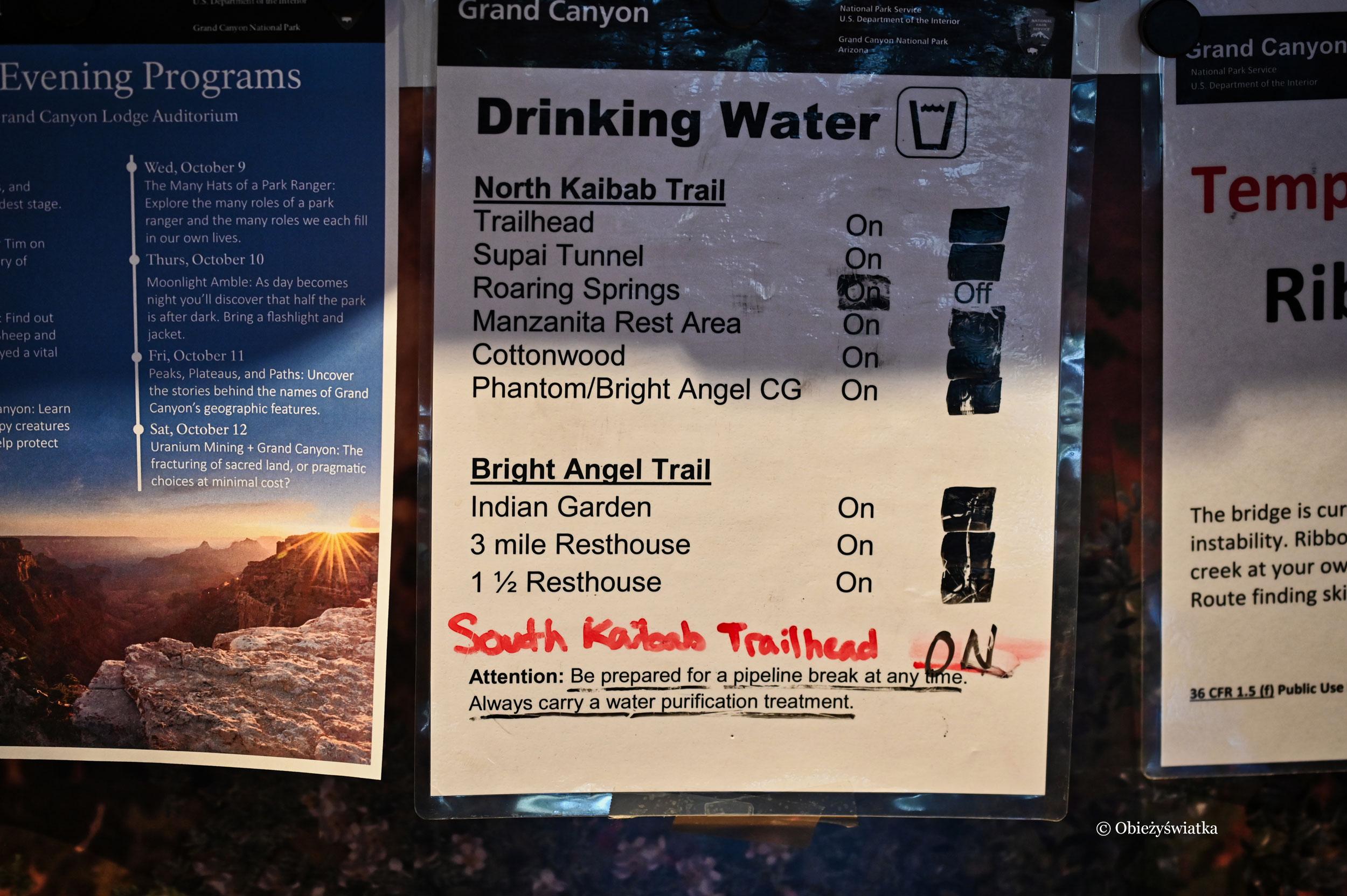 Tablice informacyjne o możliwości uzupełnienia zapasów wody w czasie wędrówki przez Grand Canyon, Arizona