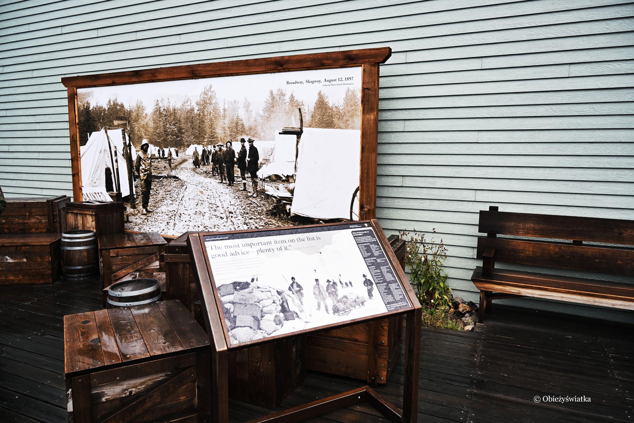 Jedna z tablic historycznych przedstawiająca jak wyglądała główna ulica osady w XIX w., Skagway, Alaska