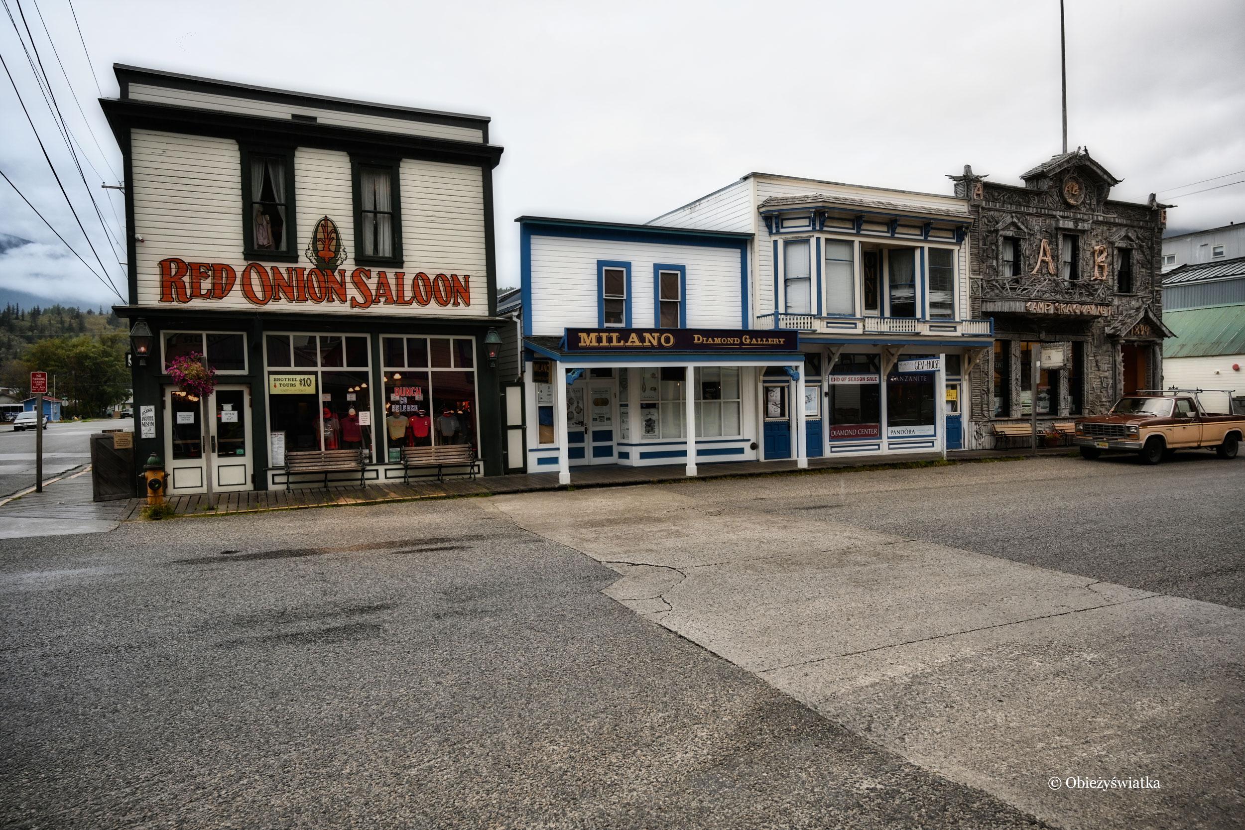 Zabudowa w Skagway, po prawej The AB Hall, którego fasada skłąda się z 10000 kawałków drewna, wyrzuconych przez wodę..., Skagway, Alaska