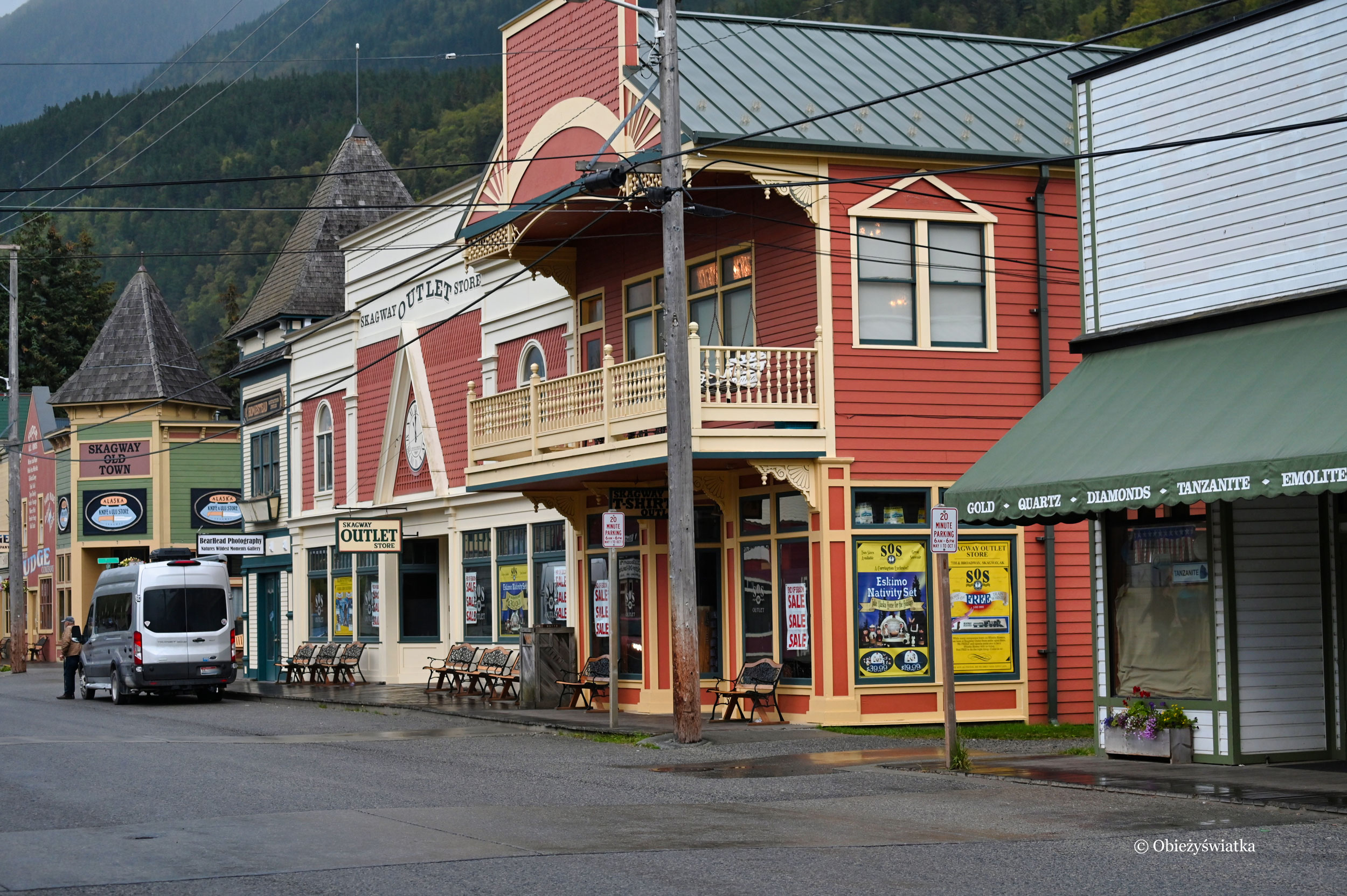 Wzdłuż głównej ulicy typowa północnoamerykańska drewniana zabudowa, Skagway, Alaska