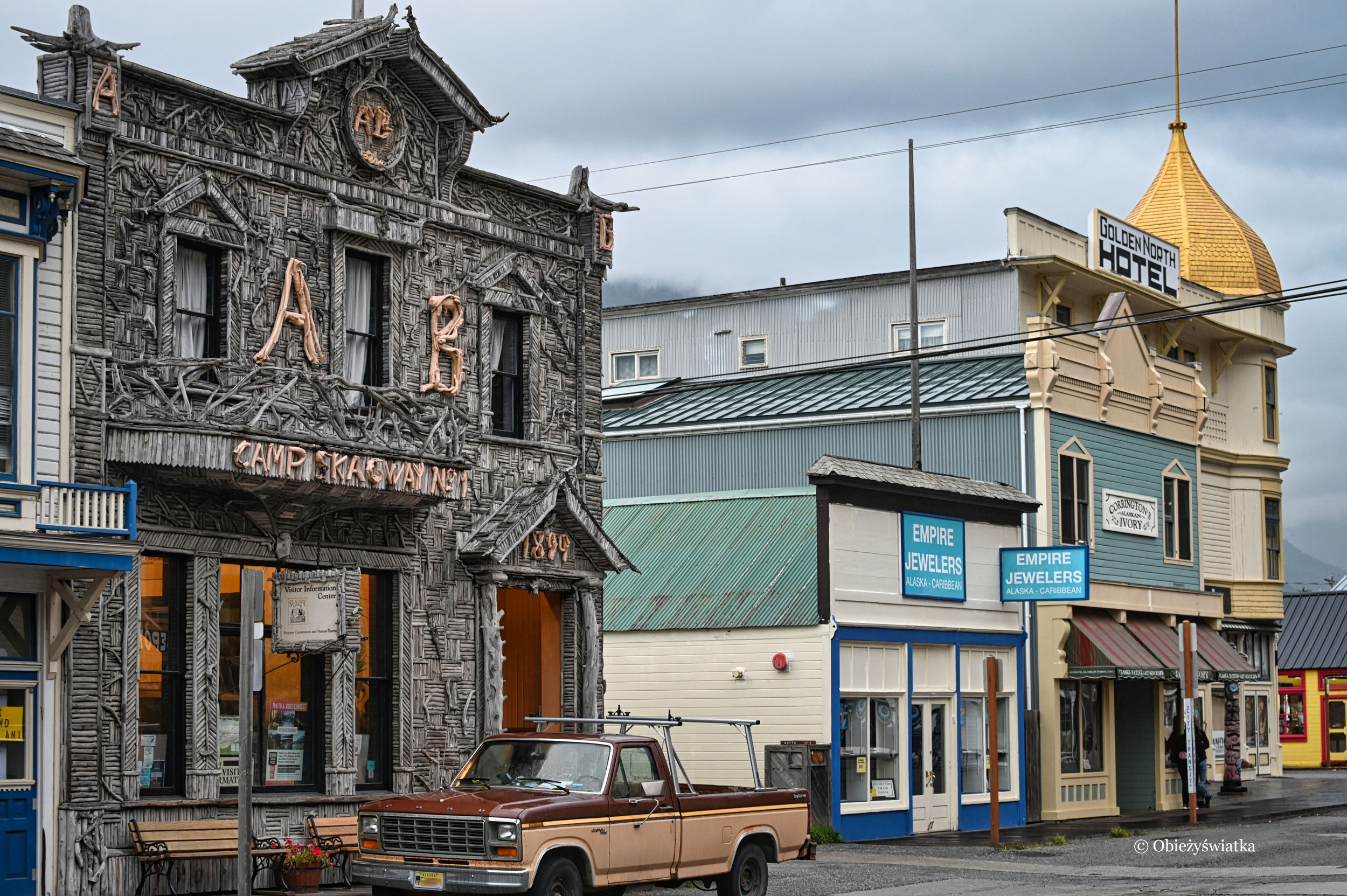 The AB Hall w Skagway, udekorowany prawie 10000 kawałków drzewa wyrzuconego przez wodę, a obok The Golden North Hotel, w którym podobno mieszka jakiś duch..., Skagway, Alaska