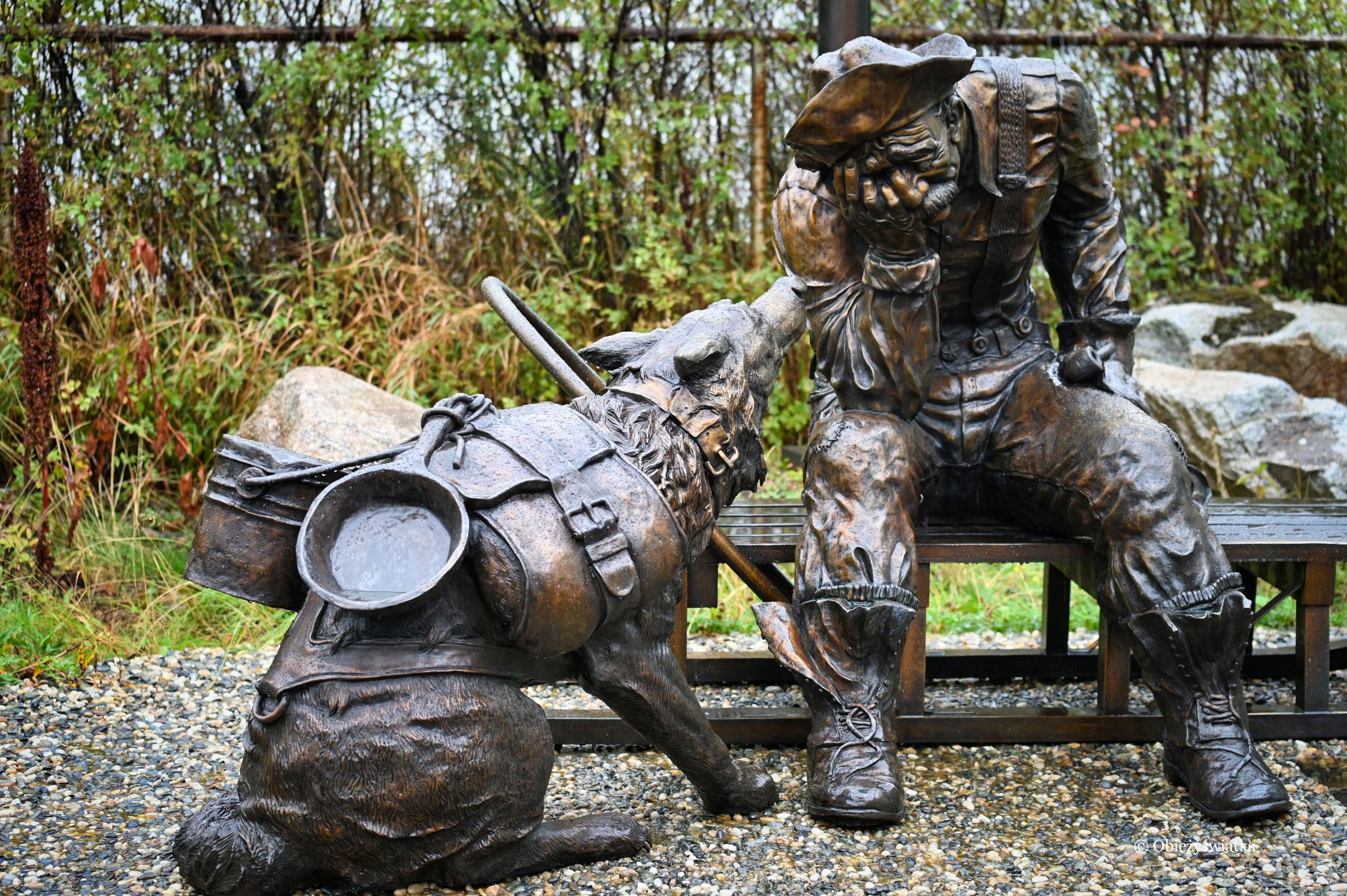 Pomnik Poszukiwacza Złota - zobaczcie, pies niesie wyposażenie do płukania złota, Skagway, Alaska