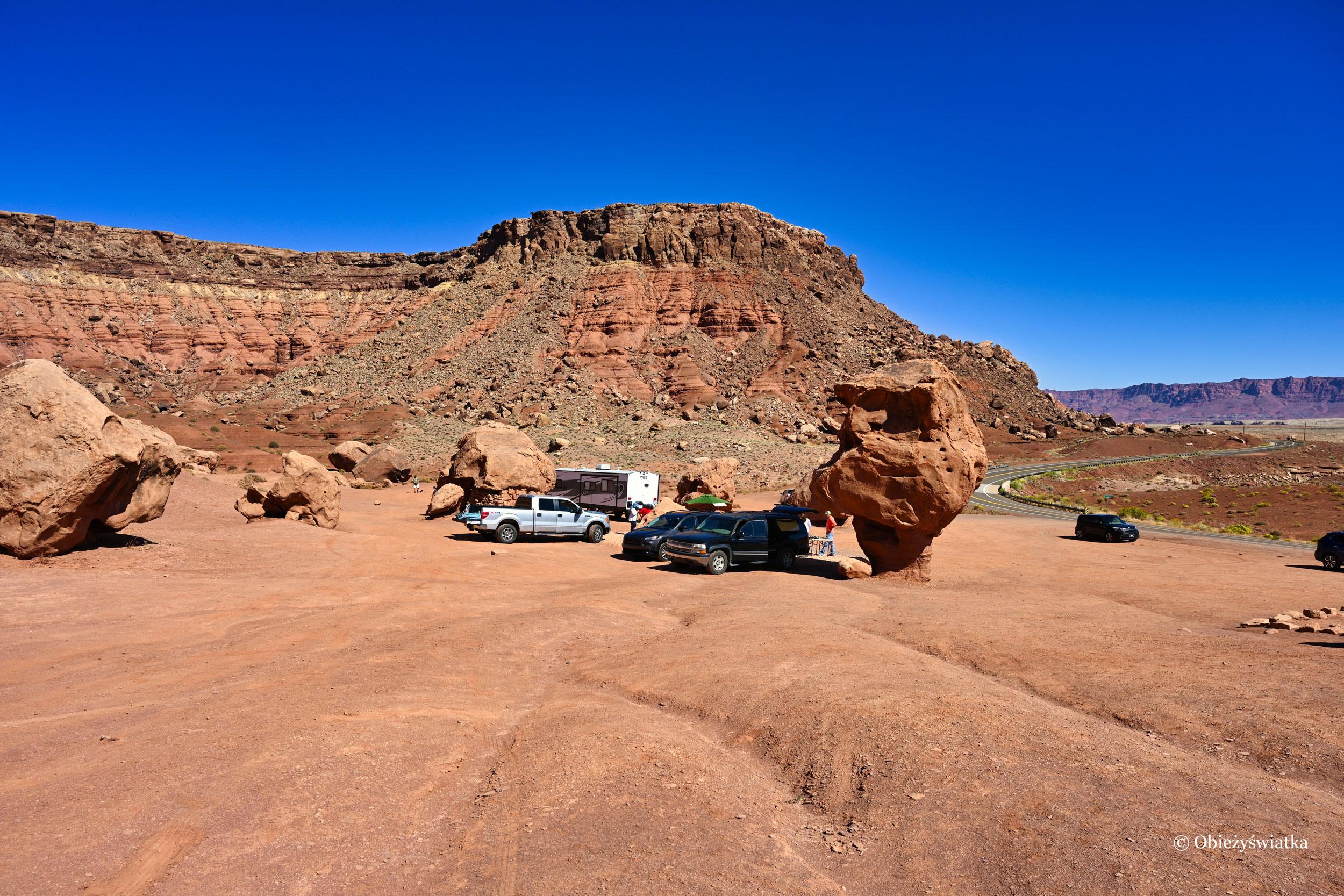 Parkując między i pod balansującymi kamieniami... - Highway 89A, Arizona