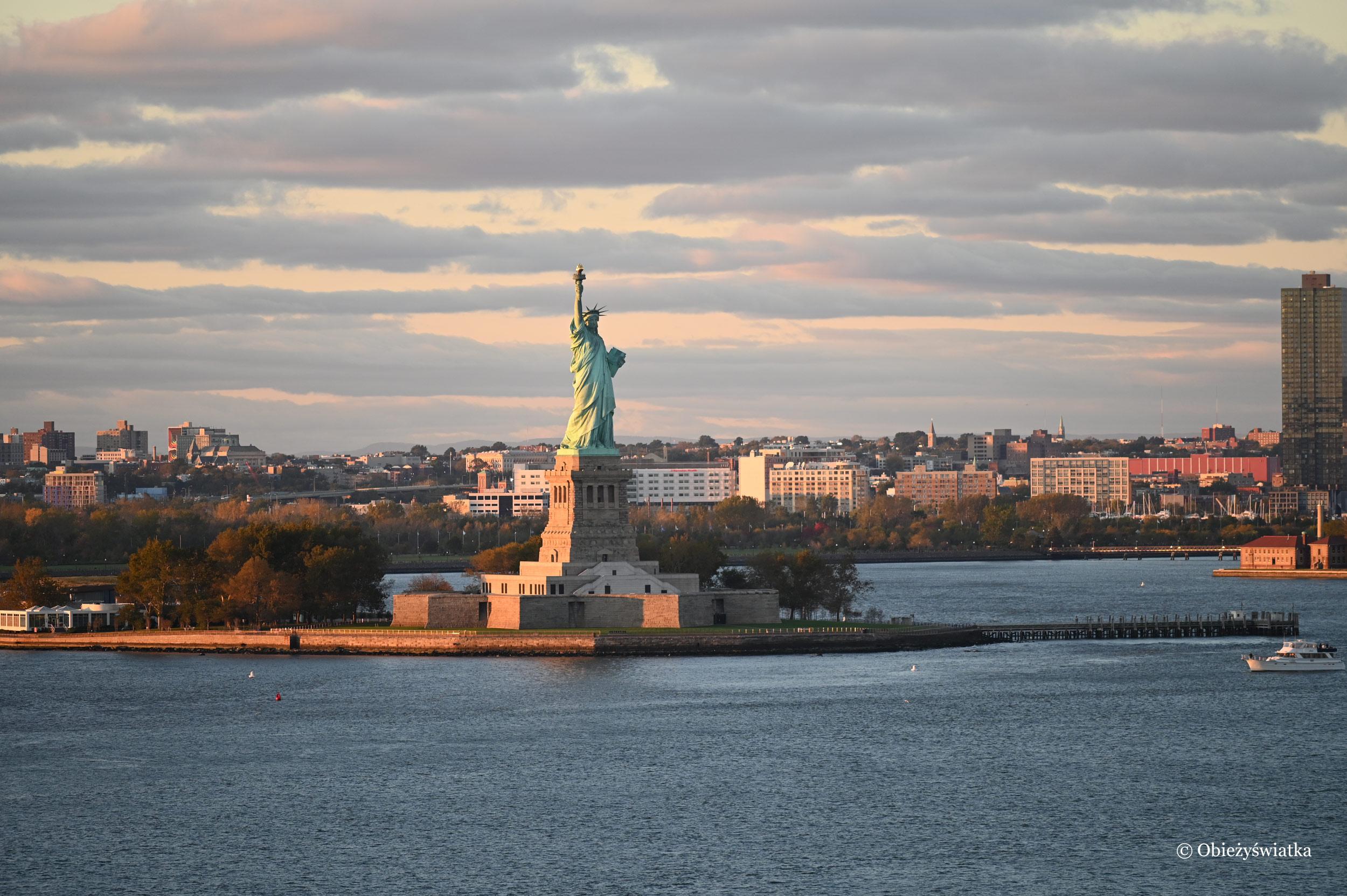 Statua Wolności o zachodzie słońca - ujście rzeki Hudson do Oceanu Atlantyckiego