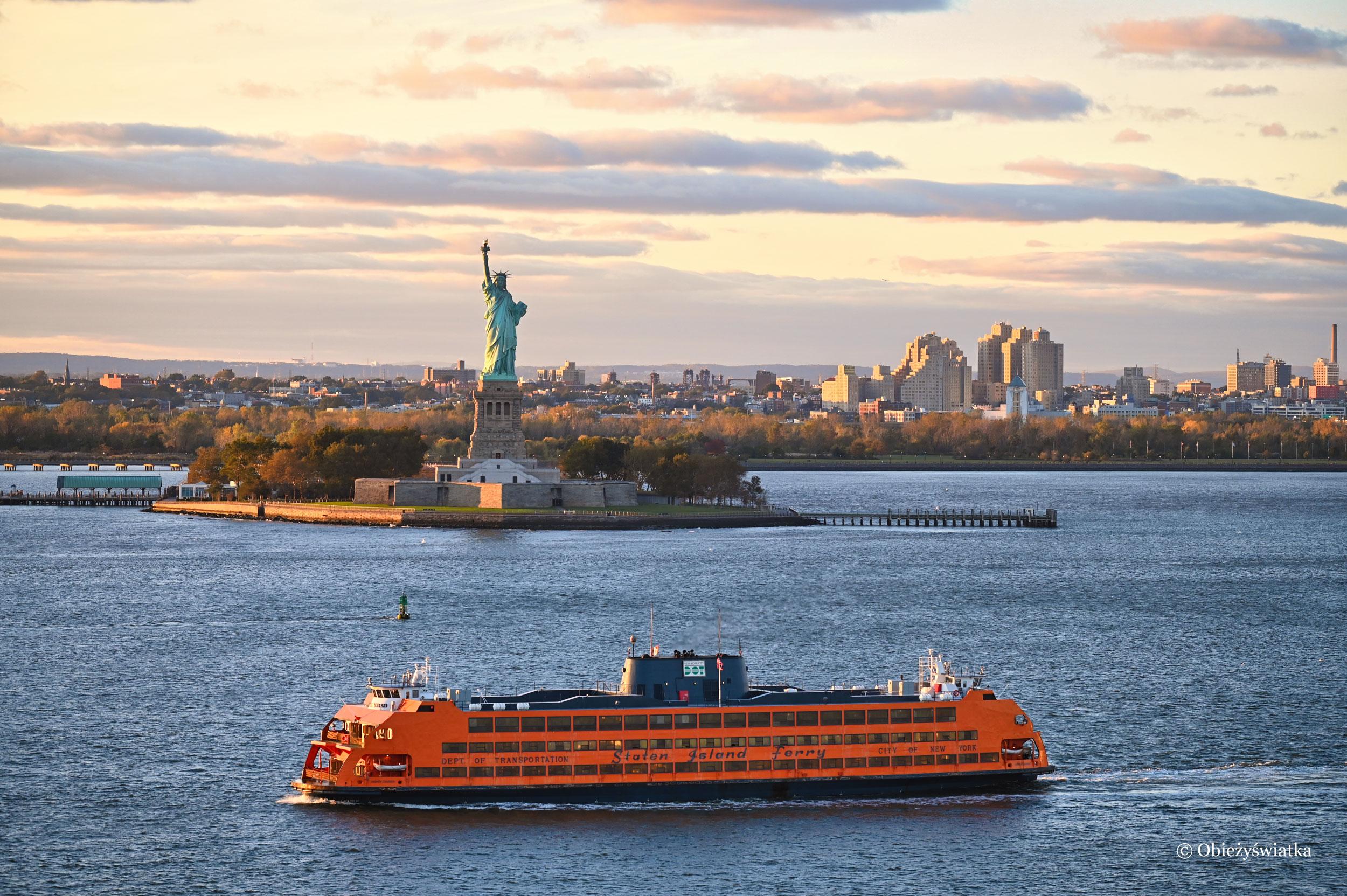 Typowy nowojorski obrazek ze Statuą Wolności, USA