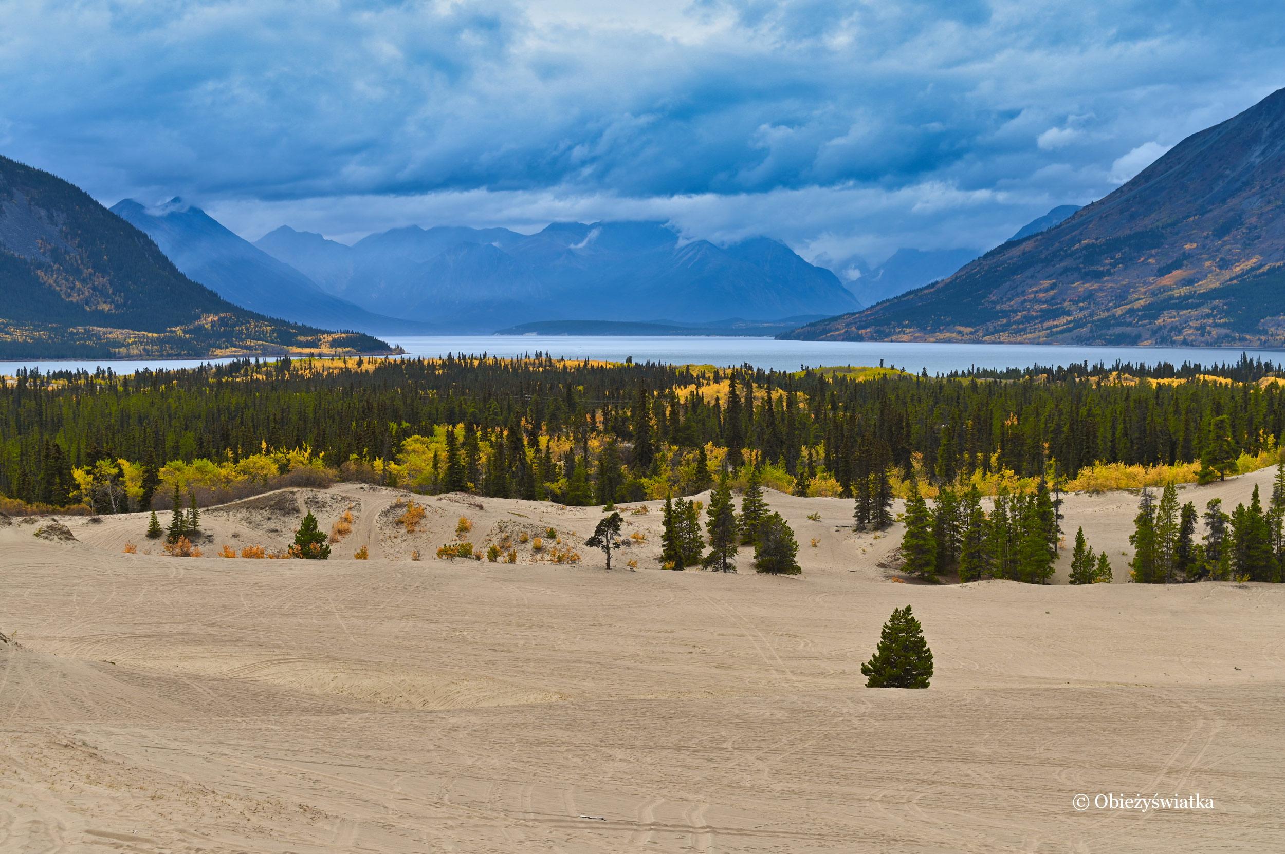 Góry, chmury, jezioro, piasek.... - Carcross Desert, Yukon, Kanada